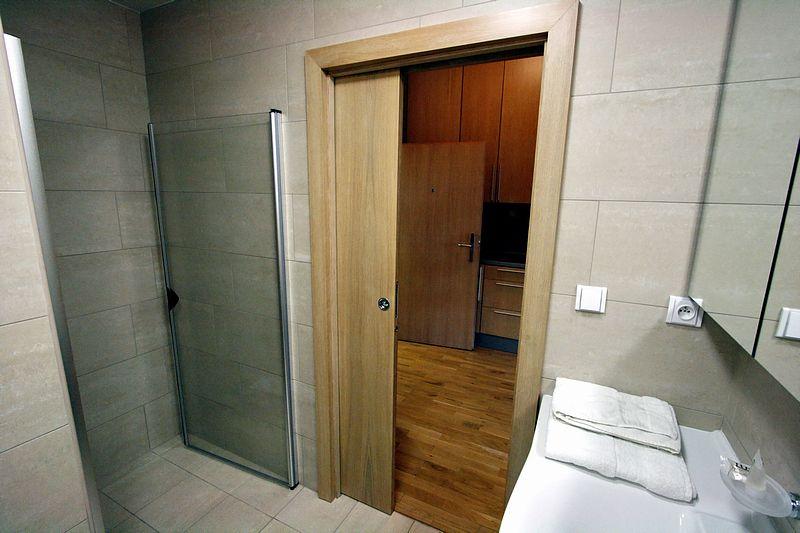 Установка межкомнатных дверей в ванной комнате своими руками