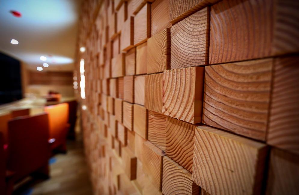 Отделка стен деревом в квартире своими руками 30